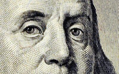 Los ojos de Benjamin Franklin en un billete de 100 dólares.