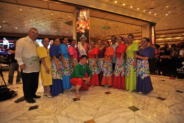 La delegación filipina recibió con trajes típicos a su paisano.Mira el v...