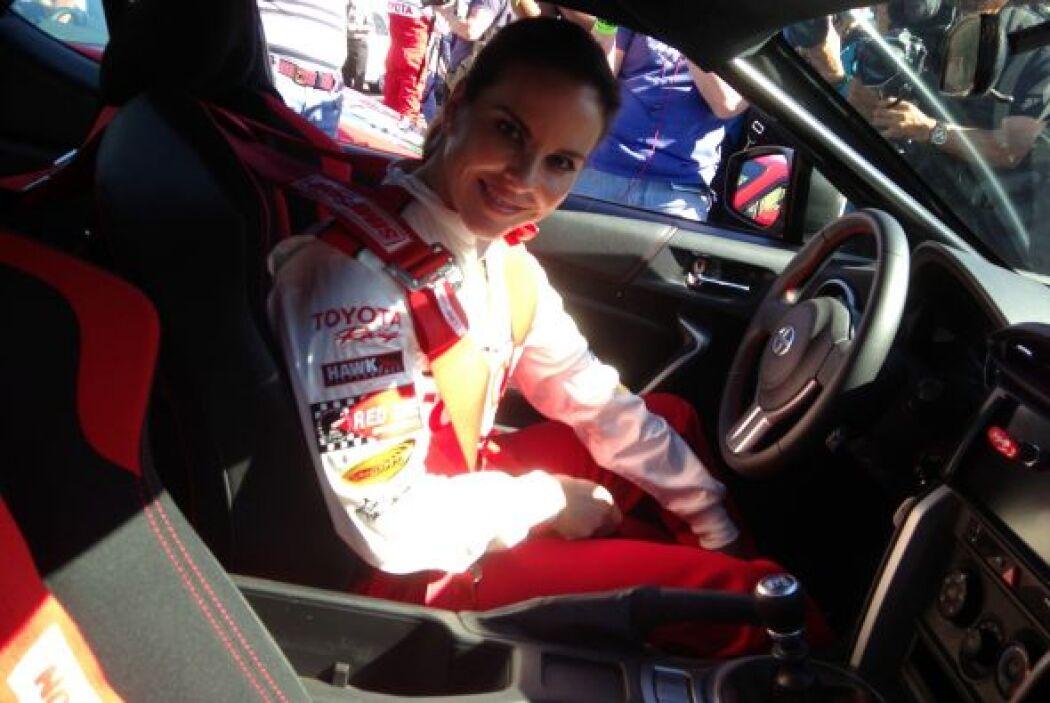 Siente gran pasión por los autos de carreras y por eso decidió realizar...