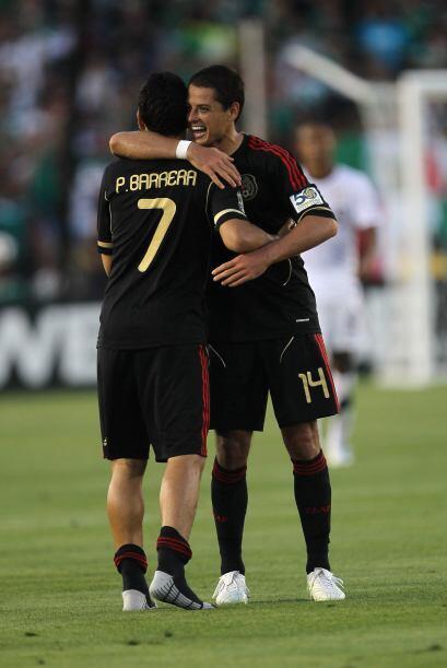 De inmediato Javier Hernández felicitó a Pablo Barrera por sus dos goles...