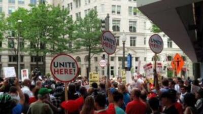 """""""Protestan contra Trump frente a su próximo hotel en DC"""", se lee en la i..."""