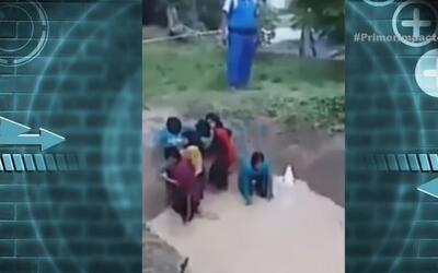 Despavoridas gritan unas niñas en Malasia cuando se ven forzadas a enfre...