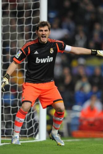 Casillas, que fue titular, demostró su calidad y autoridad en el campo.