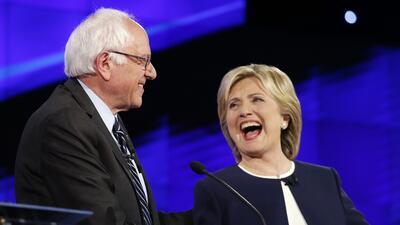 Bernie Sanders y Hillary Clinton en el primer debate demócrata