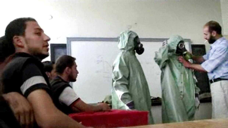 En Siria la población civil aprende a protegerse de agentes químicos.