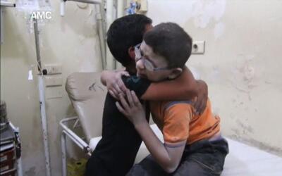 Dos niños lloran la muerte de su hermano tras un bombardeo en Siria
