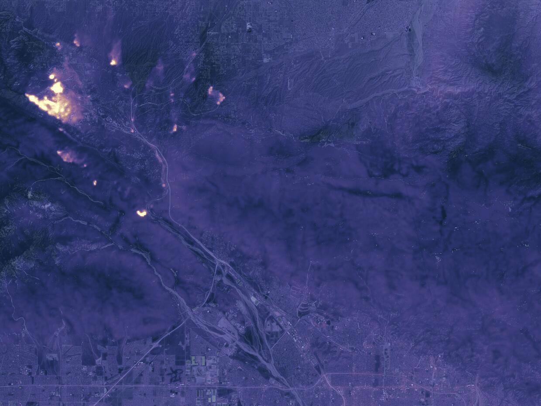 El incendio 'Blue Cut' en San Bernardino visto desde el espacio y de noche.