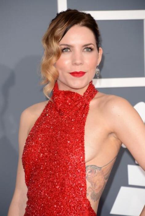 El vestido de Skylar Grey también dejó parte de sus senos al descubierto...