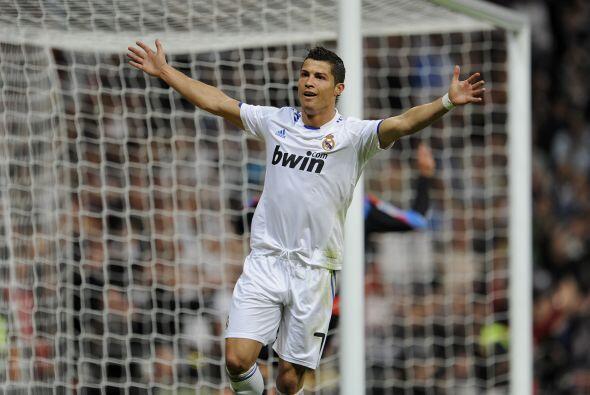 Y Cristiano Ronaldo abre los brazos como incluyendo al público en...