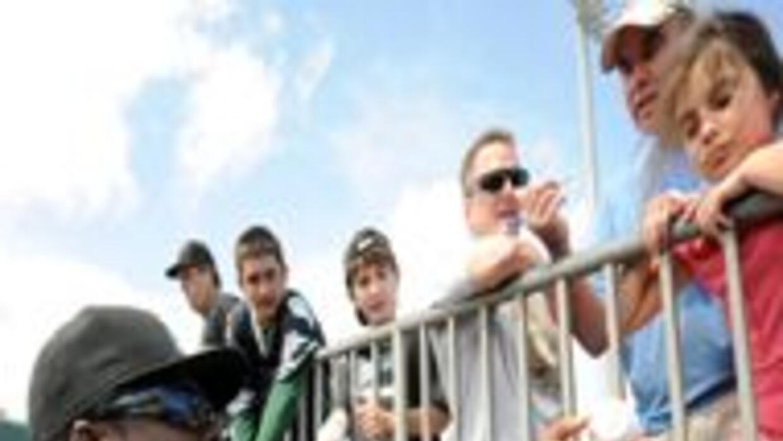 El jugador Hanley Ramírez comparte con los fanáticos.