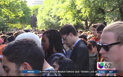 Estudiantes de la Universidad de Texas realizan vigilia en honor a Haruk...