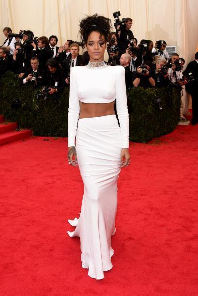 En la gala del Met, Rihanna pisó la alfombra roja con un vestido de Stel...