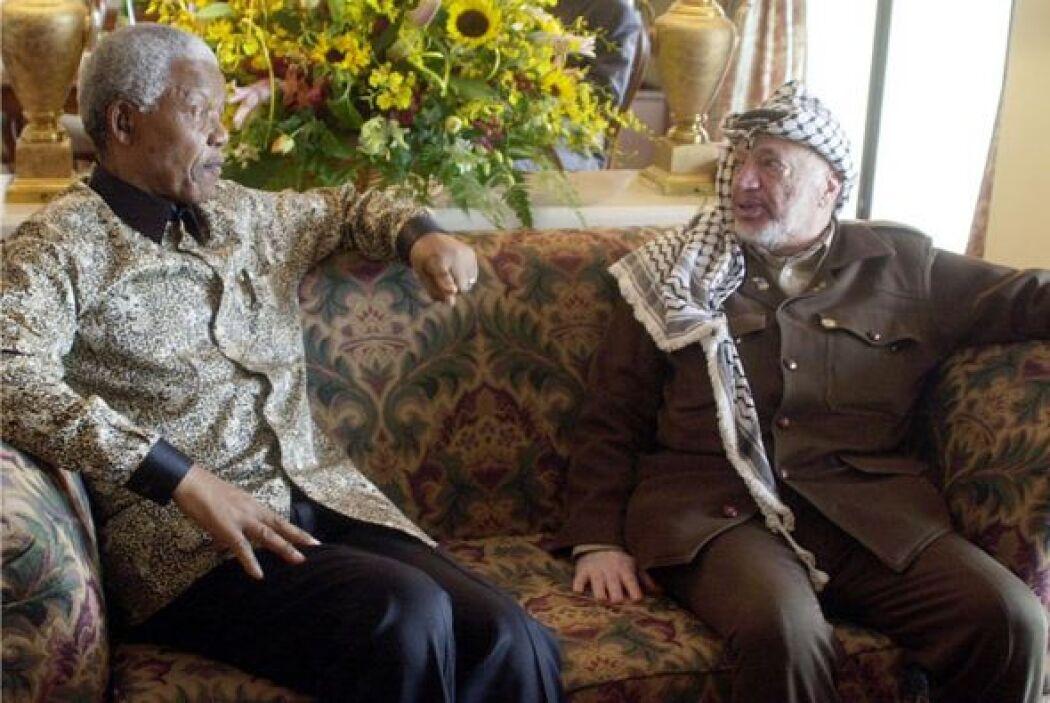 Aquí lo vemos con Yasser Arafat.