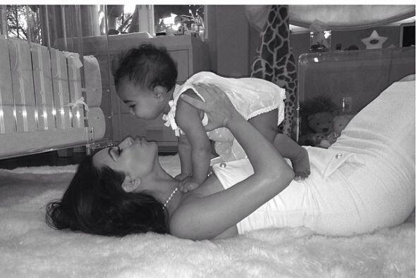 ¡Vaya manera de festejar el Día de las Madres! Kim está feliz celebrándo...