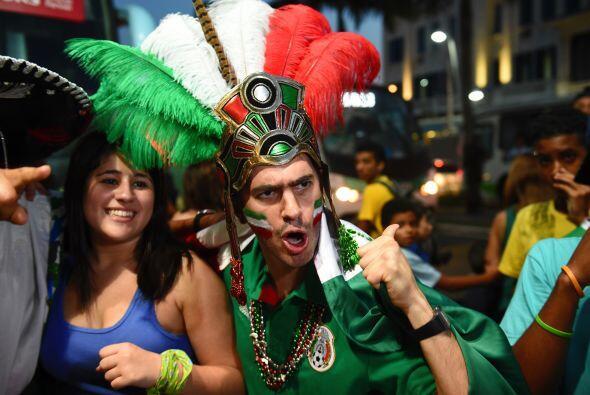 Ya en Santos, como de costumbre una oleada de mexicanos esperándolos par...