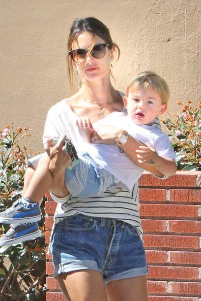 La 'top model' brasileña, Alessandra Ambrossio es una mamá muy dedicada...