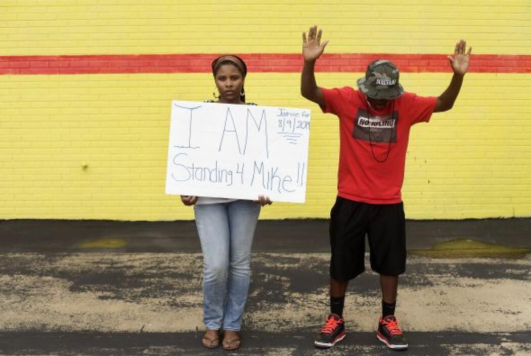 Anisha Lewis y su hijo Jarrod Smith, manifestantes que protestaban por e...