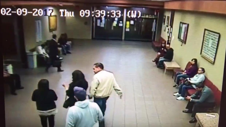 Las cámaras de seguridad muestran a los agentes de ICE con la pre...