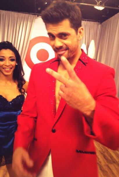 Pedro Moreno nos presumió un traje rojo que lo hacía lucir...
