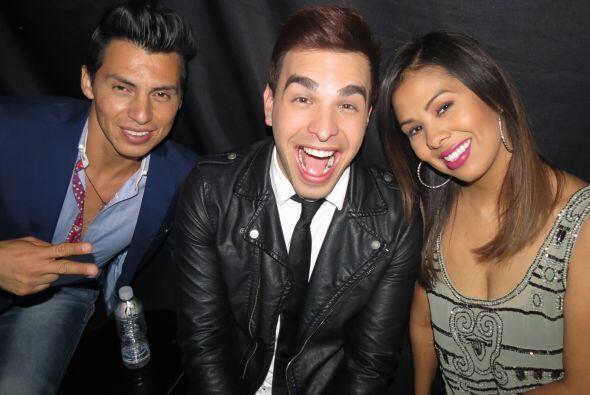 Mario antes de salir al escenario, junto a Víctor Robles y Natalie Herrera.