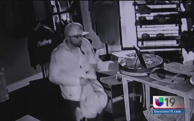 Autoridades de Stockton buscan a dos hombres responsables de robar en un...