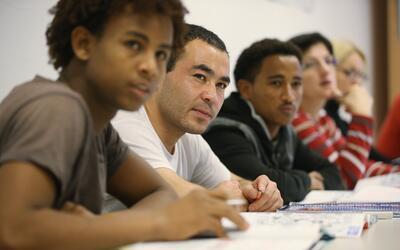 Las escuelas de EEUU tienen el deber de enseñarles inglés a los estudian...