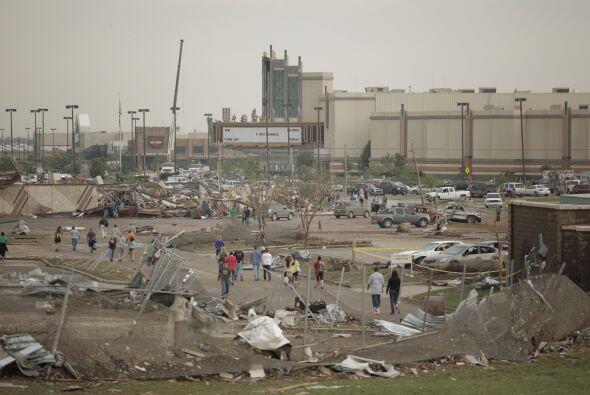 De más de tres kilómetros de diámetro, el tornado afectó a los suburbios...