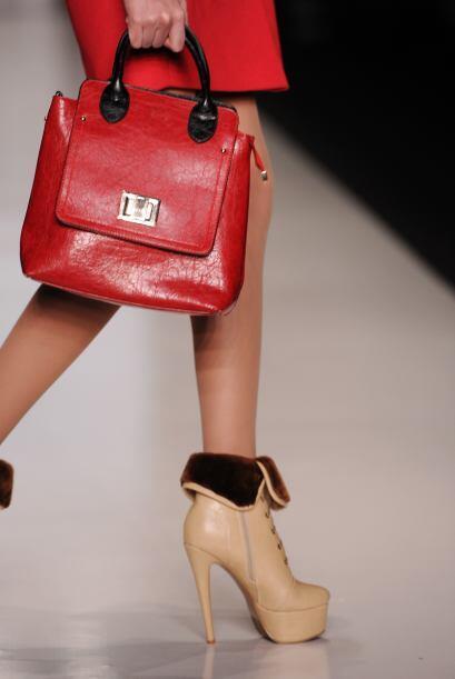 Los bolsos de mano se convierten en una excelente opción. Colores como e...