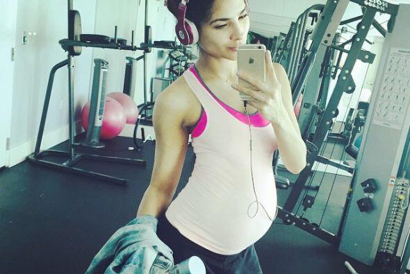 A pesar de sus ocho meses de embarazo, Ale Espinoza sigue yendo al gym p...