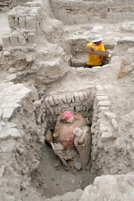 Flores Espinosa, directora del proyecto arqueológico de excavaciones en...