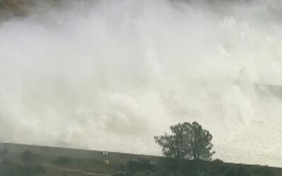 Continúa la descarga de agua en la Presa de Oroville al detectarse una f...