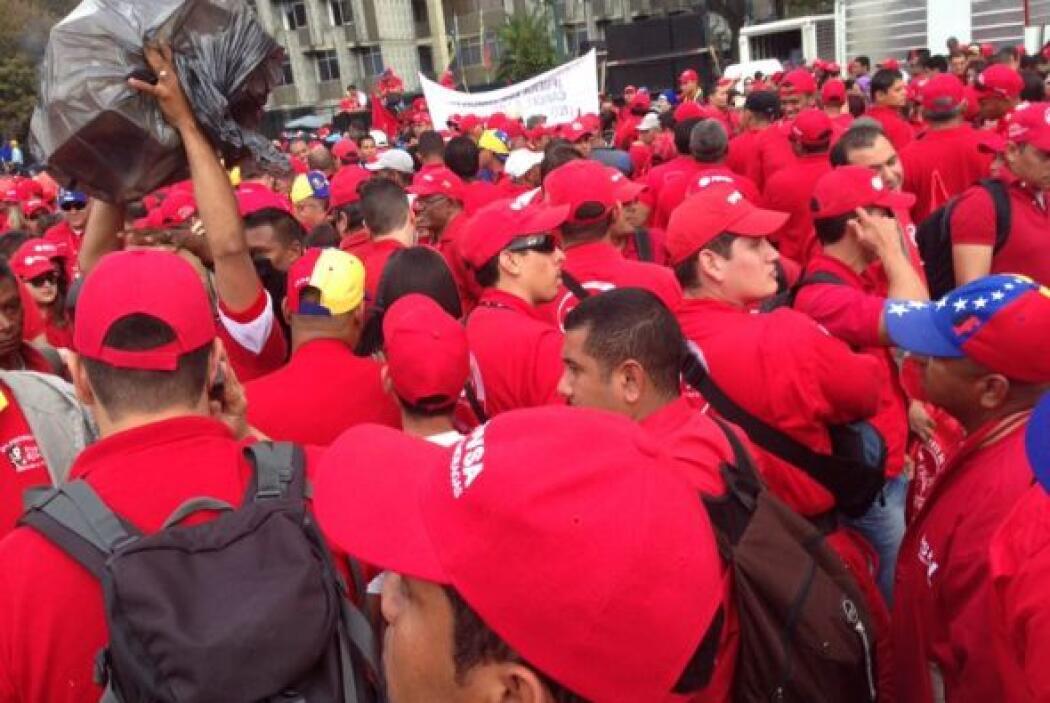 Cientos de manifestantes honran el recuerdo de Hugo Chávez. Foto tomada...