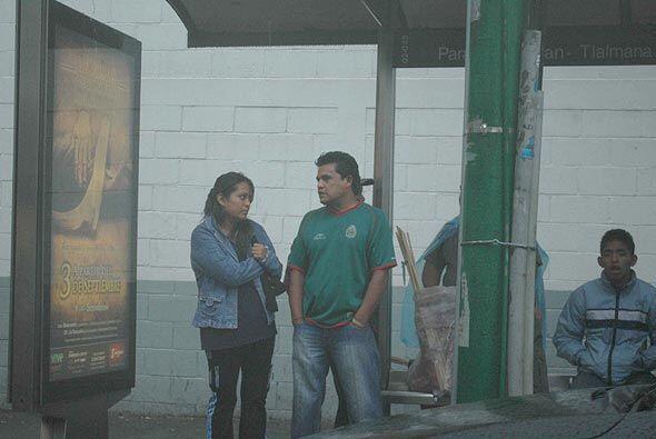 En las paradas de autobuses a media milla del 'Coloso de Santa Ursula',...