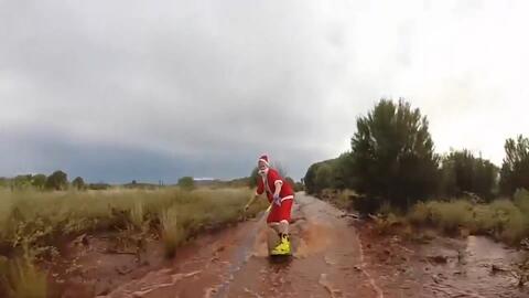 ¿Santa Claus no le dejó un regalo? Lo vimos en Australia surfeando