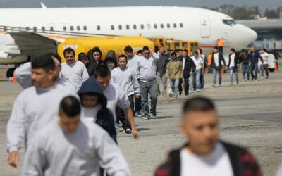 Un avión llega a Guatemala con el más reciente grupo de deportados desde...