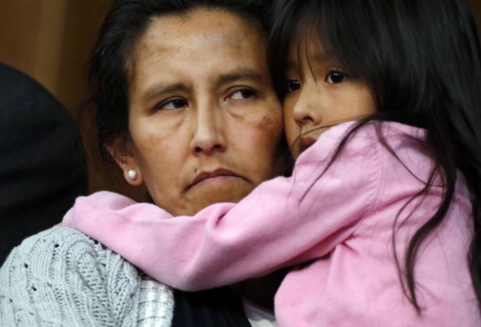 La mexicana Jeanette Vizguerra, izquierda, quien está tratando de que no...