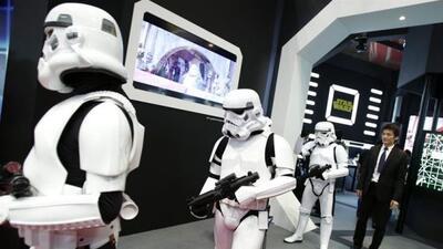 """Varios hombres, vestidos como Soldados Imperiales de la película """"La gue..."""