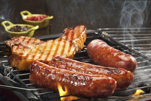 Si tu intensión es preparar carnes rojas, coloca las achuras, salchichas...