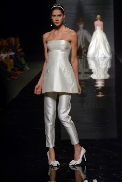COBALTO:  Este traje es ideal para una novia moderna y práctica,...