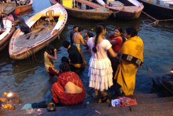 El rio Ganges es considerado como uno de los más hermosos del mundo y de...