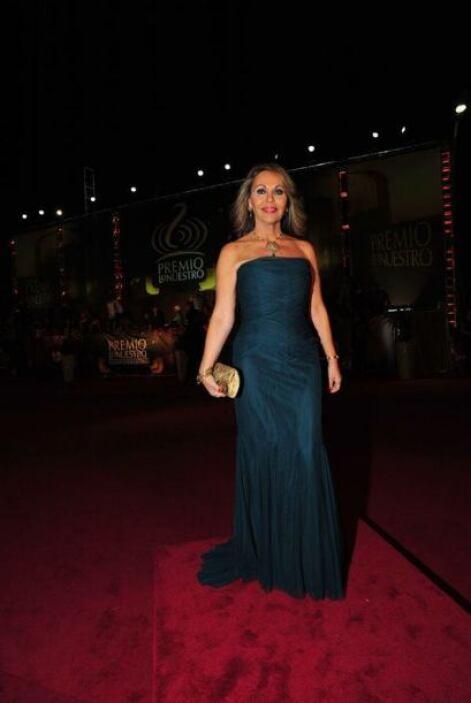 María Elena Salinas mostró glamour en esta noche.