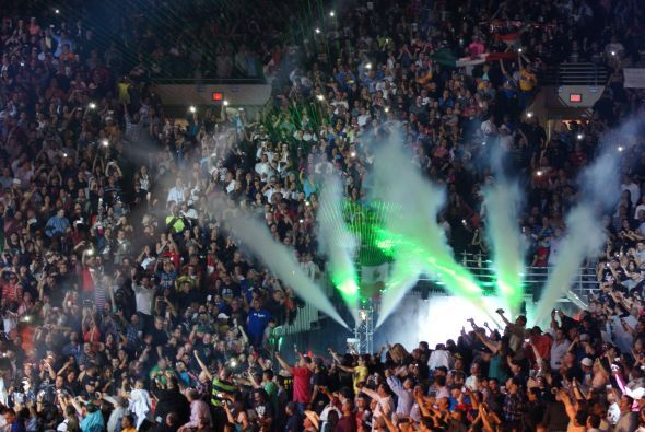 Más de 40,000 fanáticos abarrotaron el Alamodome para ver la esperada pe...
