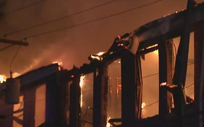 Emergencia por incendio de tres alarmas en un edificio abandonado en New...
