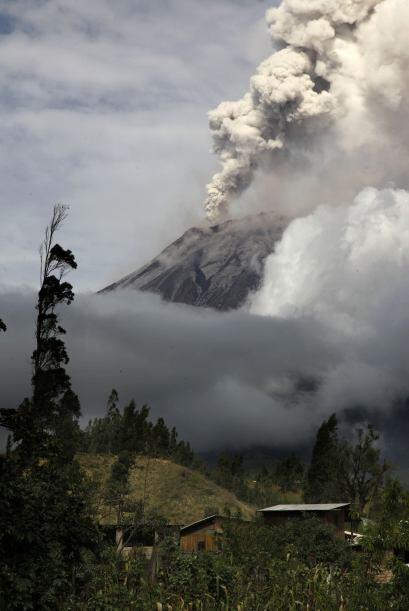 El Tungurahua, de 5,019 metros de altura, se encuentra en la frontera de...