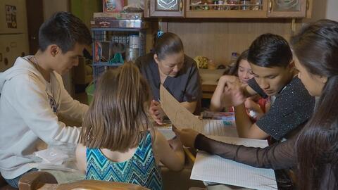 Los estudiantes migrantes sufren al separarse de sus padres, pero hay re...