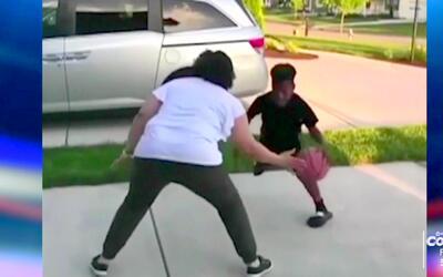 Este niño no perdonó ni a su madre en el baloncesto y la dejó despatarra...