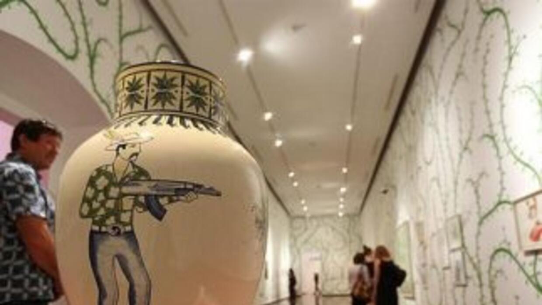 La exposición incluye piezas en cerámica en las que se pueden ver imágen...