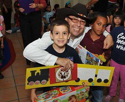 Cartitas y sonrisas a cambio de juguetes. Fernando Arau fue de los talen...