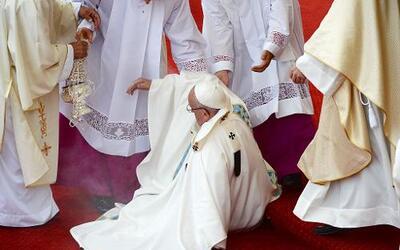 La caída no impidió que el papa continuara presidiendo la misa.