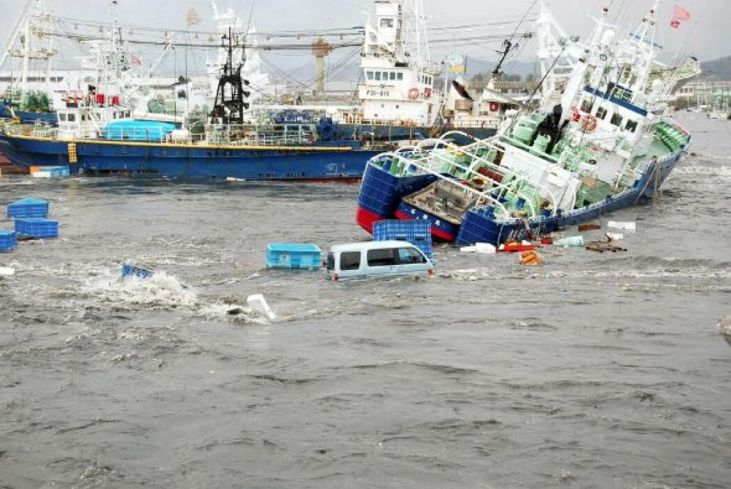Los movimientos originaron un tsunami de 7 metros. El gobierno japonés i...